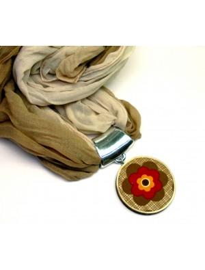 Esarfa, cu medalion din textil si lemn, culorile toamnei