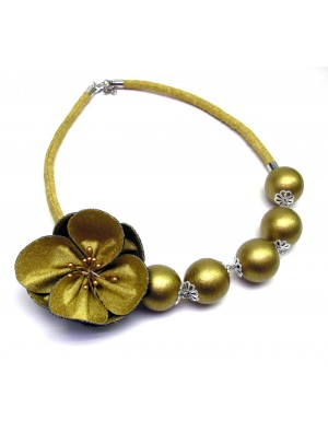 Colier din textil cu bile din lemn si o floare, auriu