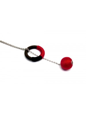 Colier cu o bila, negru-rosu, trecut printr-un cerc