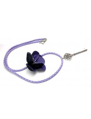 Colier din textil, cu buline, mov, decorat cu o floare si un medalion -cheie